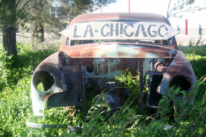 LA to Chicago sign on a rusted out car on Route 66
